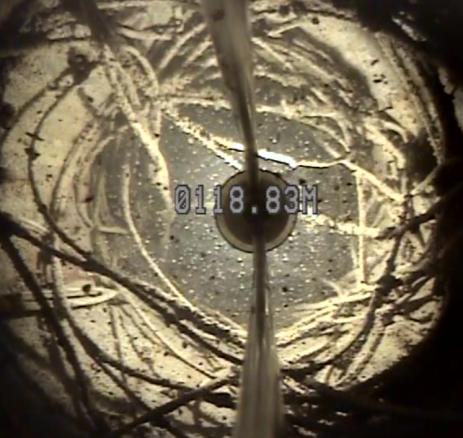 Cable de la cámara de bombeo en el fondo del pozo.